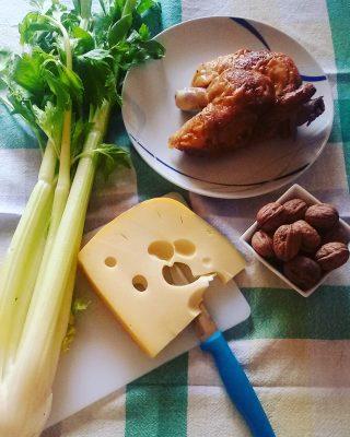 Insalata pollo, emmental, sedano e noci