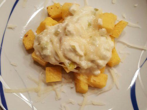 Crostini di polenta con crema di formaggi e porri