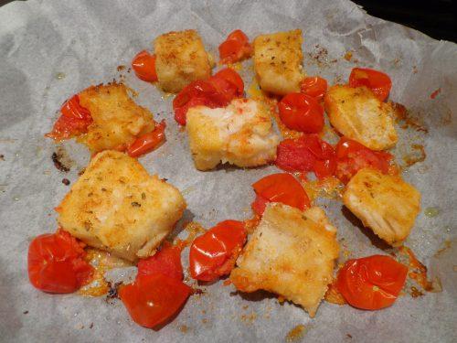 Bocconcini di pesce persico gratinati aromatizzati al pistacchio e pomodorini.