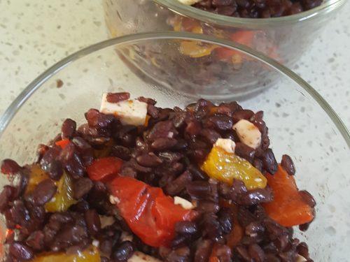 Monoporzioni di riso venere con peperoni e feta