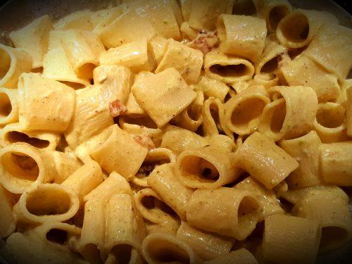 Mezze maniche al guanciale croccante con crema di mozzarella di bufala e pistacchi