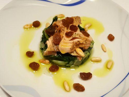 Filetti di salmone al forno con bietole, uva sultanina e pinoli tostati