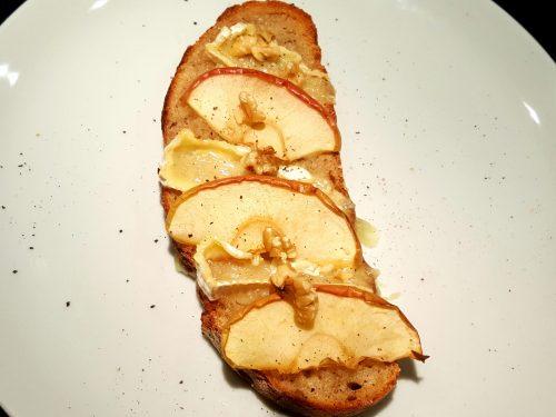 Crostoni di camembert, mele e noci