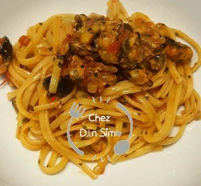 Linguine al sugo di cozze, pesto ed olive nere