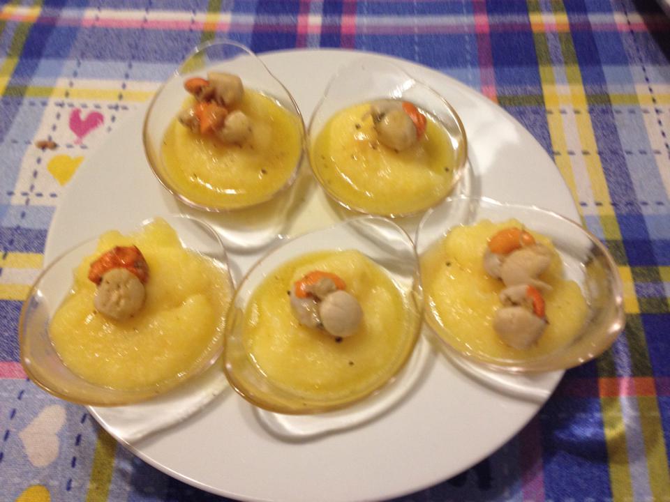 Antipasto di polenta morbida con piccole capesante