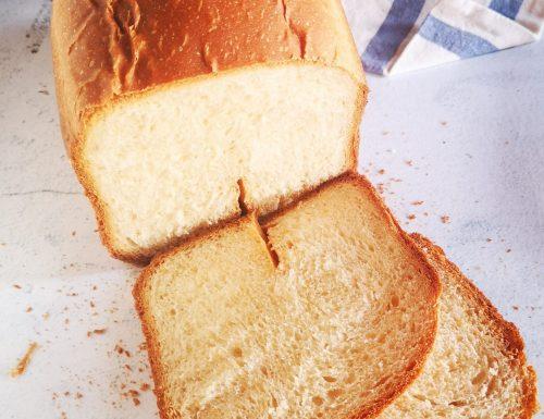Pan bauletto soffice con macchina del pane