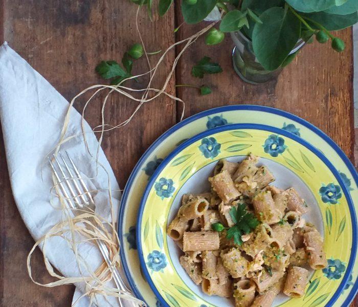 Pasta al tonno con pangrattato alle erbe aromatiche