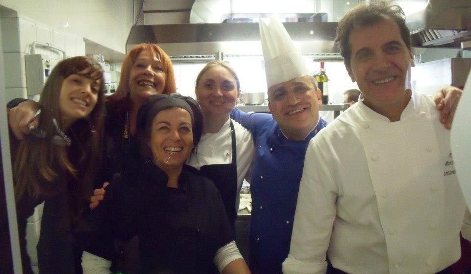 Nella cucina a vista parte del team all'opera... i miei amici
