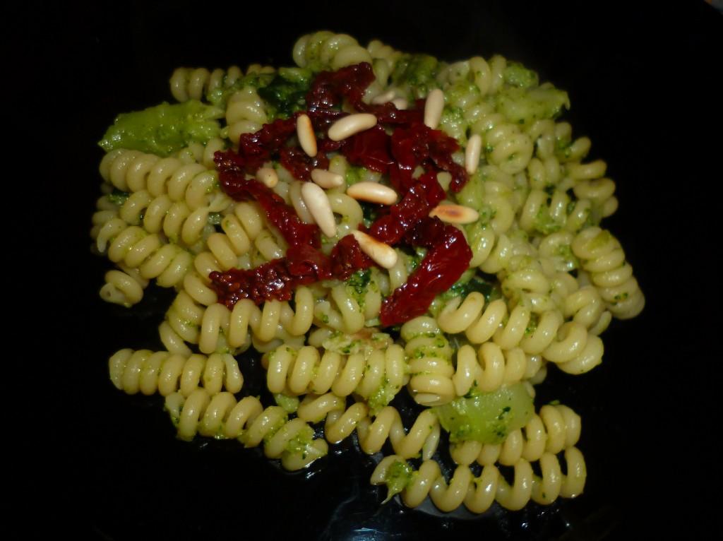 Fusilli bucati con broccoli siciliani, pomodori secchi e pinoli
