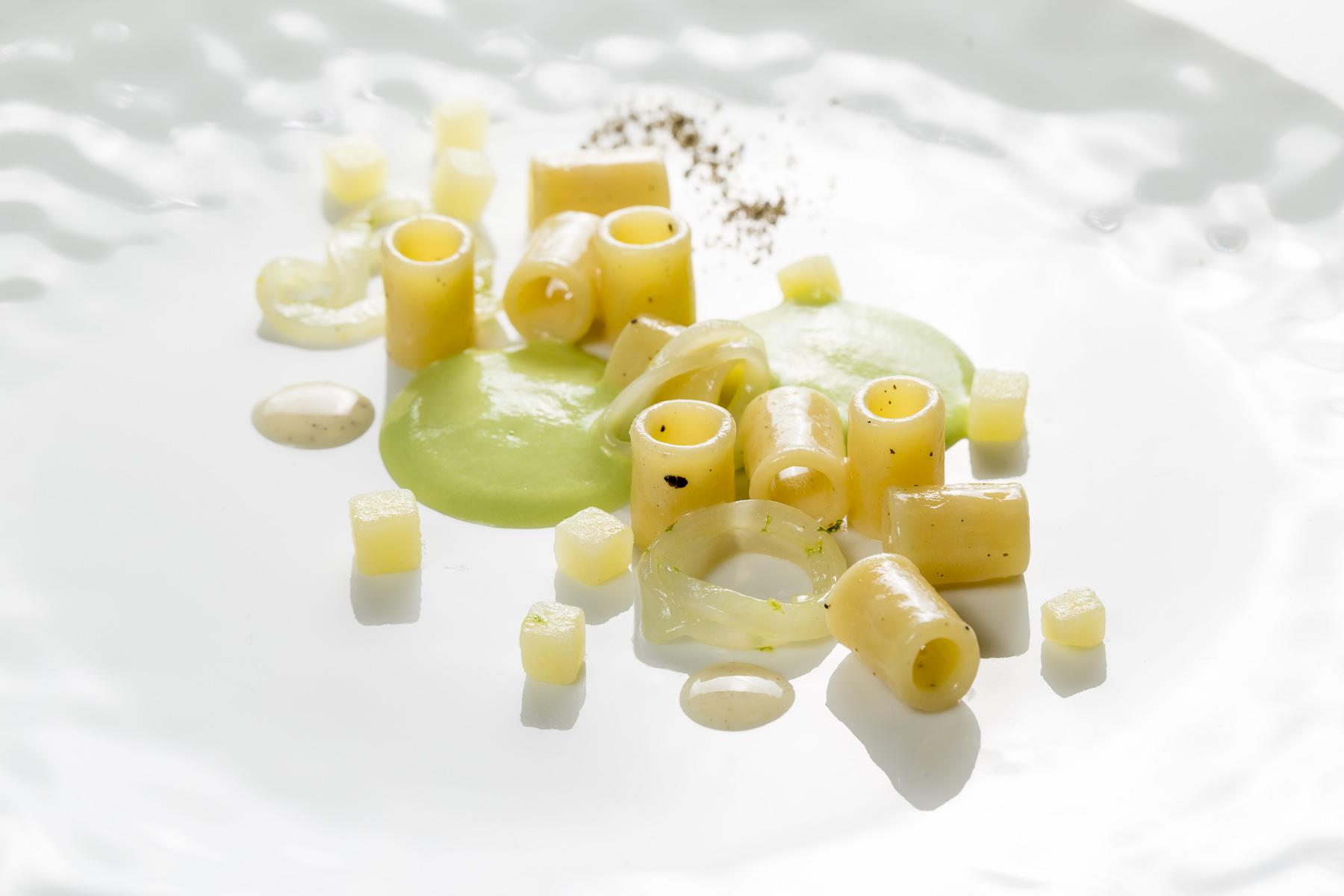 Gnocchetti di zita al grana padano con patate affumicate su sifonata di piselli e calamari marinati al lime