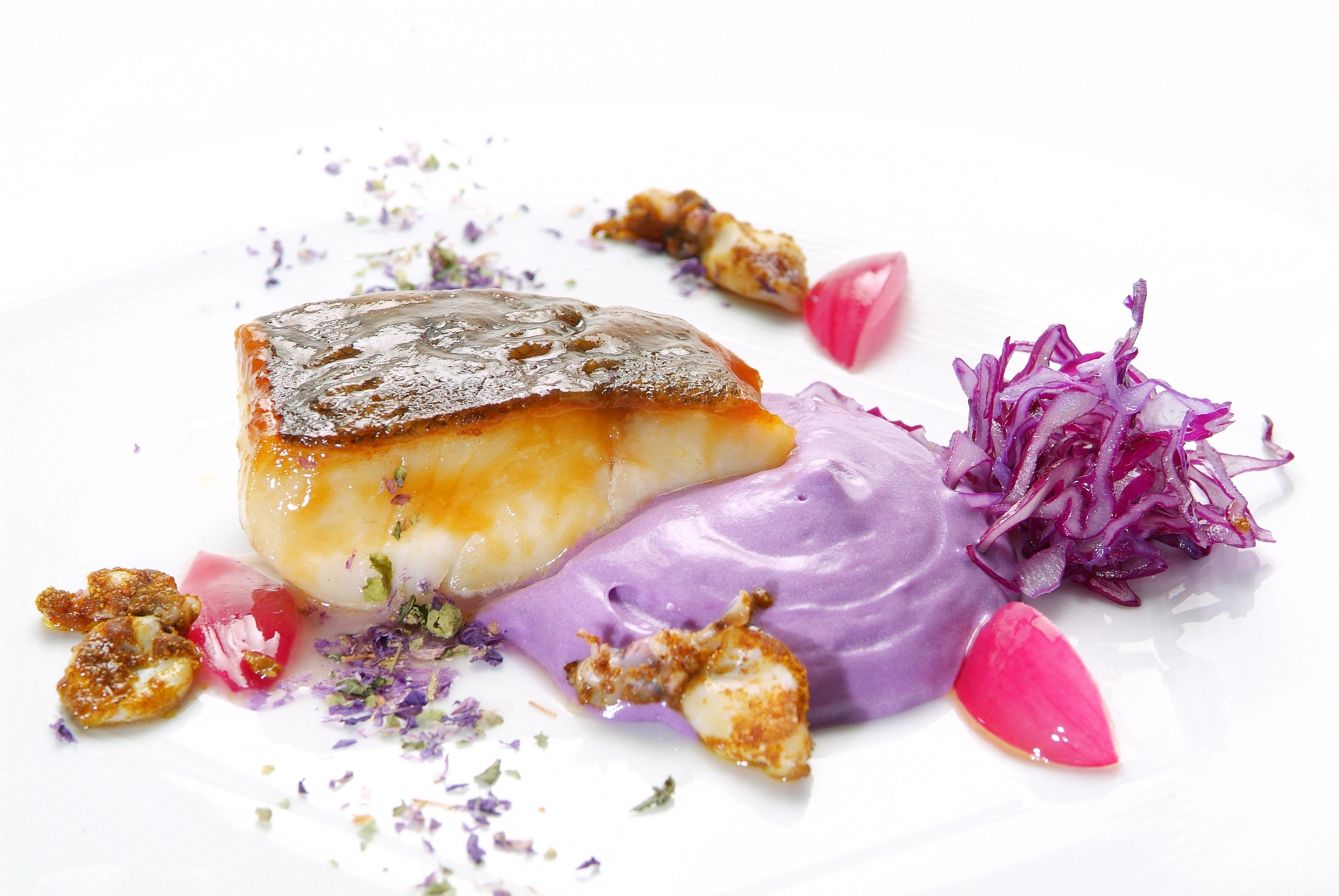 Merluzzo carbonaro strinato al sakè calamaretti al curry in campo viola