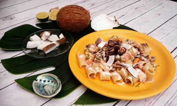Mezze maniche con frutti di mare al latte di cocco