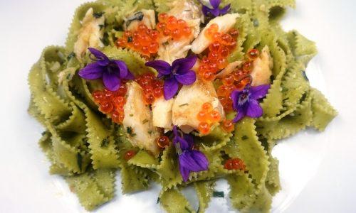Frastagliate al pesto ligure con merluzzo e viole
