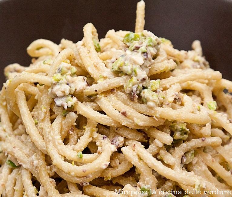 Spaghettoni con pesto di ricotta, pistacchi di Bronte e mandorle.