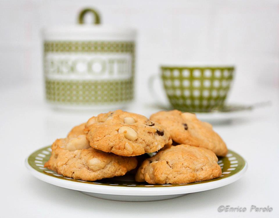 Biscotti con gocce di cioccolato fondente e noci macadamia. | Mirepoix: la cucina delle verdure