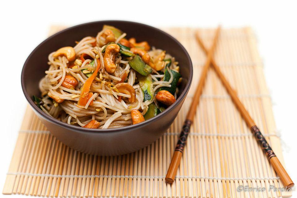 spaghetti di riso con verdure anacardi e salsa tamari