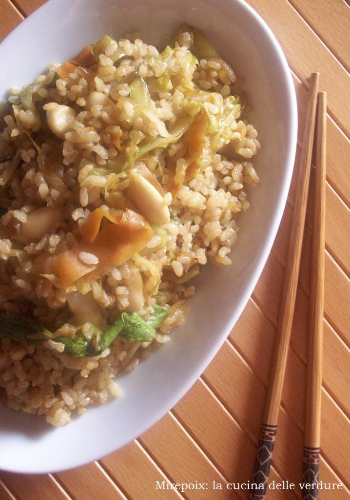 Riso integrale con verdure, mandorle e salsa di soia, ricetta sapori d'oriente.