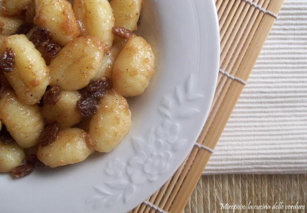 Gnocchi con sugo di cannella, zucchero, Parmigiano Reggiano e uva passa.