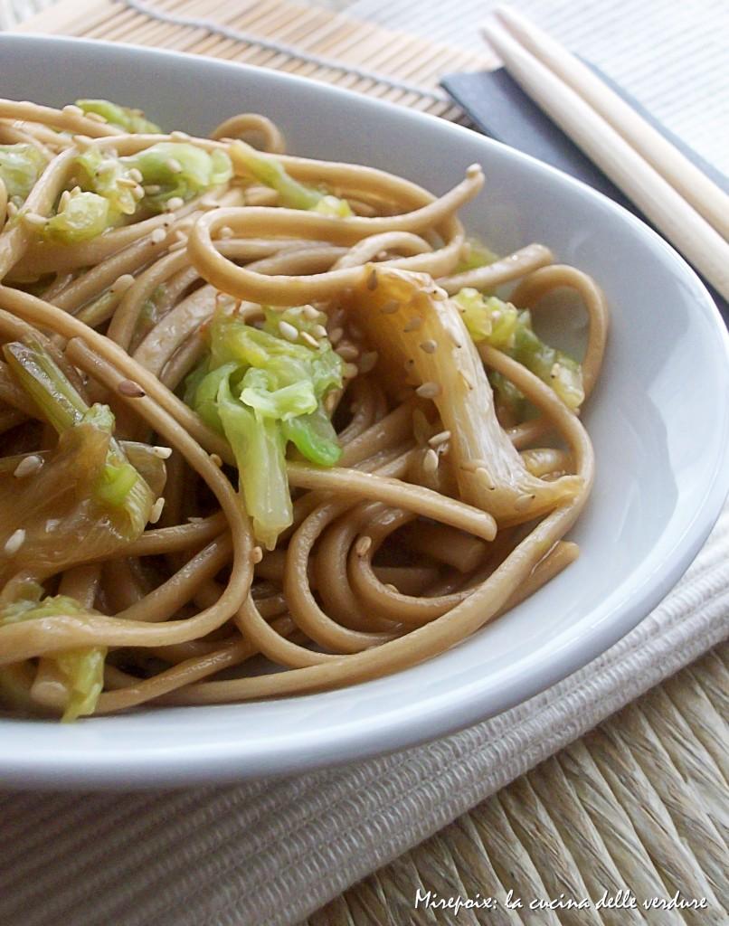 Noodles con cipollotti caramellati alla soia e cavolo.