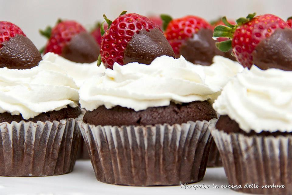 Cupcakes al cioccolato con panna e fragole.