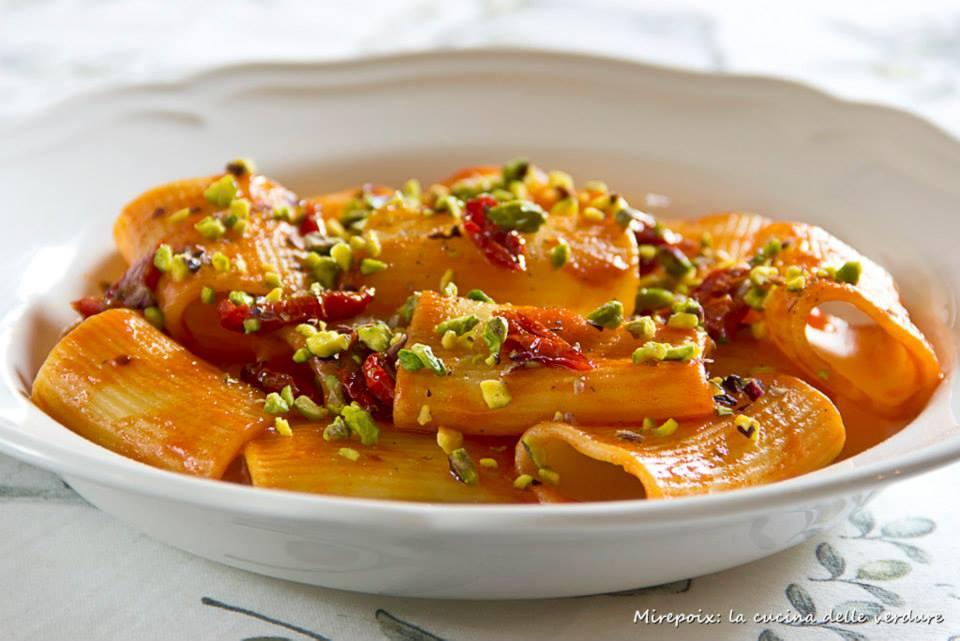 Paccheri di Gragnano con pomodorini confit e granella di pistacchi di Bronte.