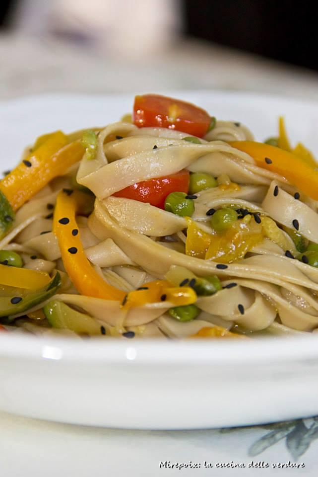 Noodles alle verdure, ricetta vegana.