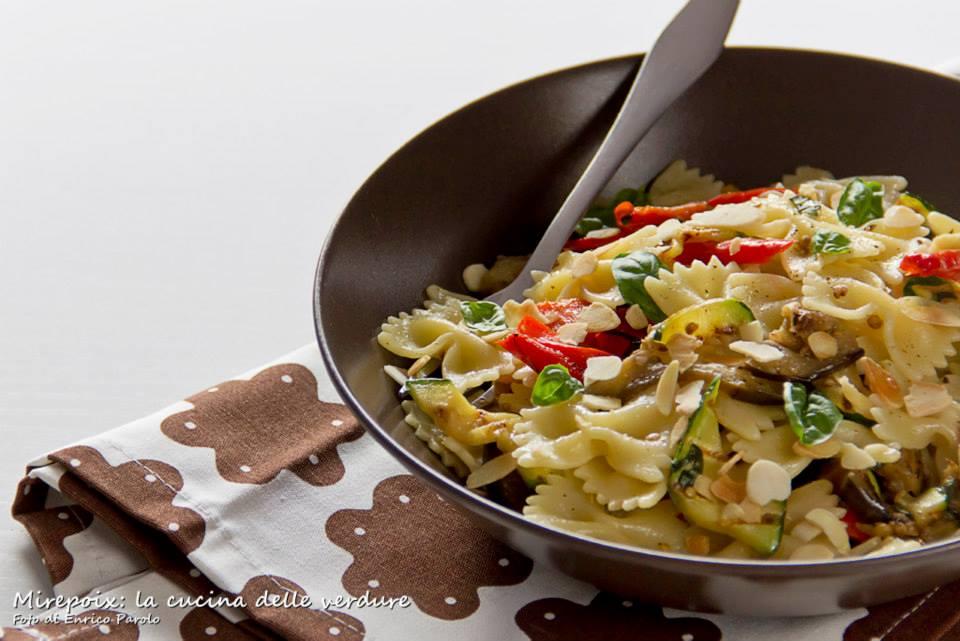 Farfalle con verdure grigliate e mandorle.