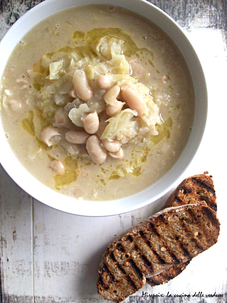 Zuppa di cavolo cappuccio e cannelini