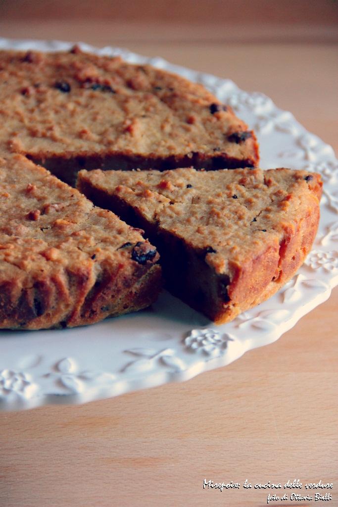 Torta di pane con cioccolato e nocciole
