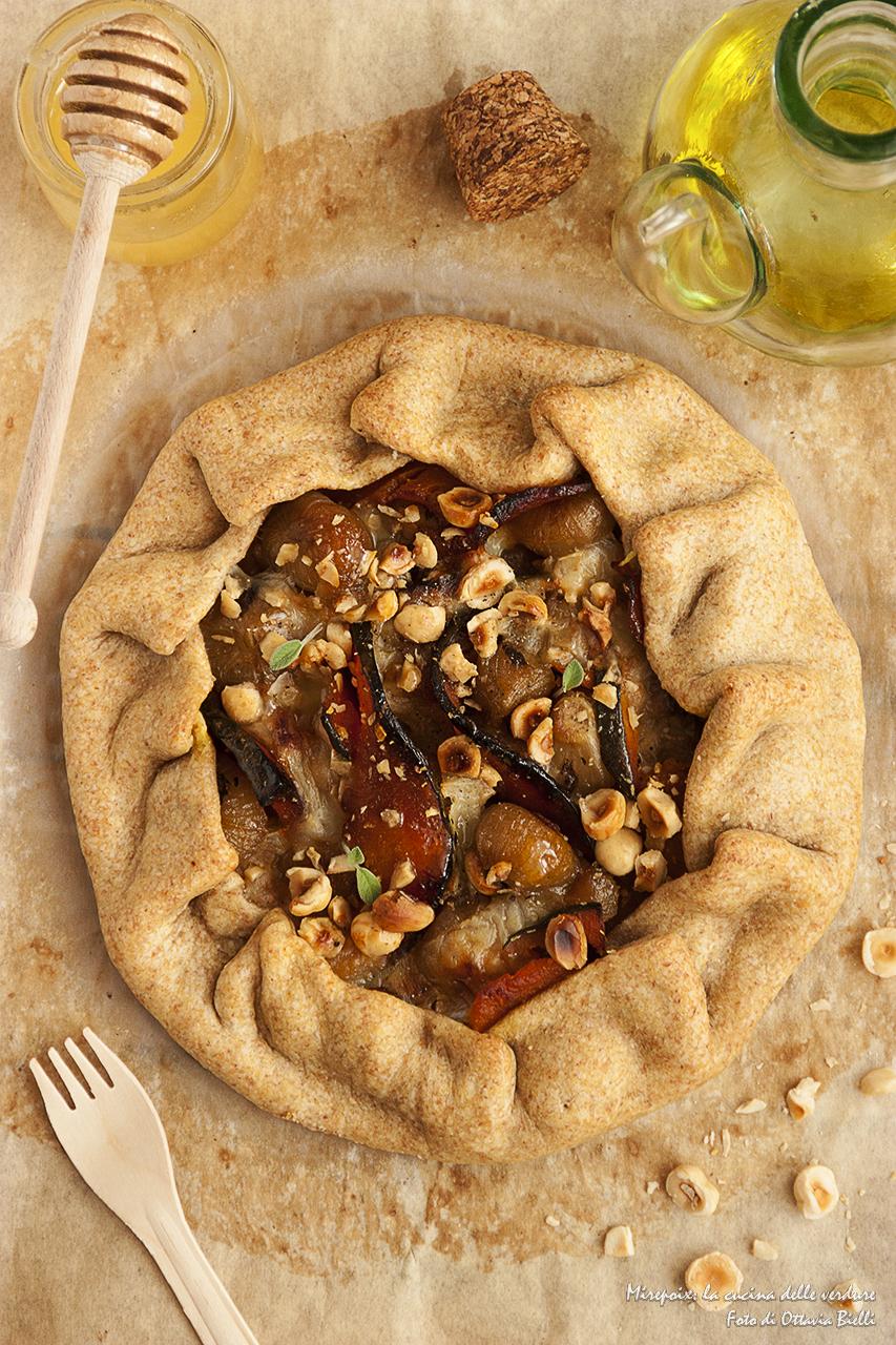 Galette rustica con cipolline e zucca al miele, provolone e nocciole croccanti.