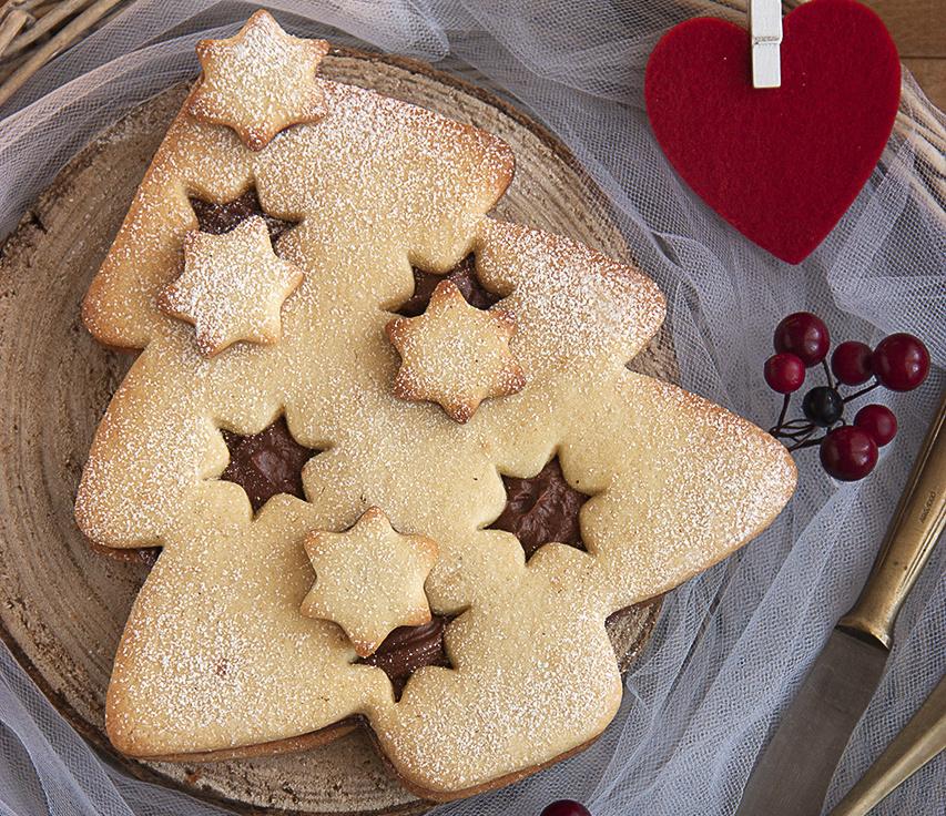 Albero di Natale biscotto con ganache al cioccolato fondente.