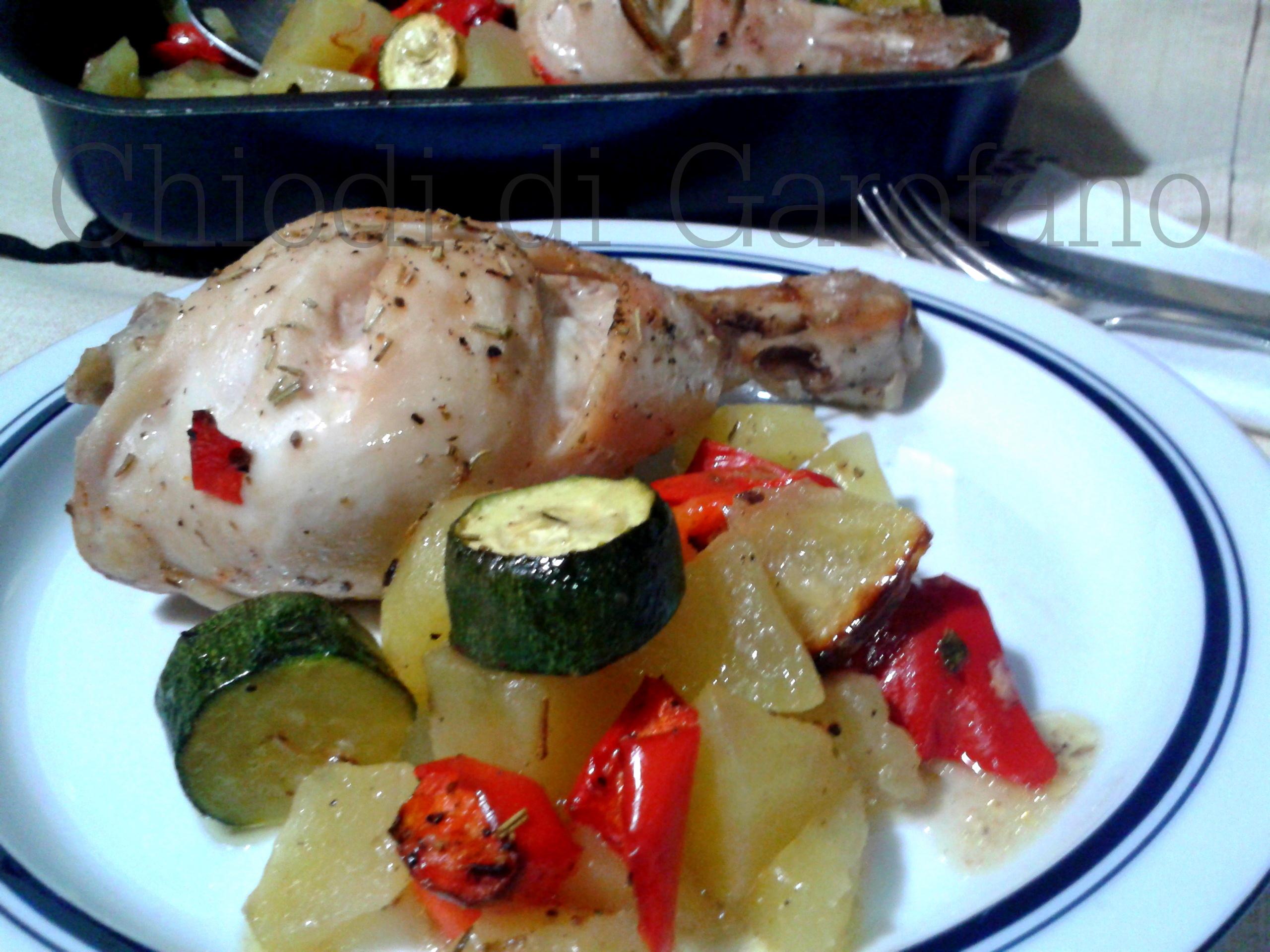 Fusi di pollo con le patate e verdure al forno