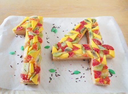 Torta con crema pasticcera, mango, marmellata e frutta