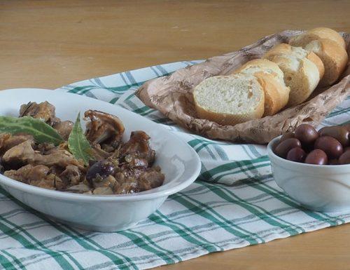 Coniglio in padella con olive e funghi porcini