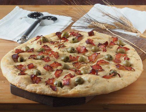 Focaccia con prosciutto e olive