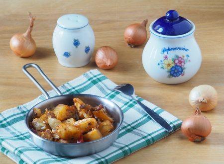 Patate, cipolle, pomodori e feta al forno