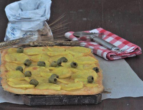 Focaccia con patate e olive verdi