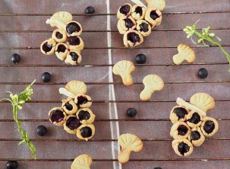 Grappoli di pasta frolla alla cannella e uva fragola
