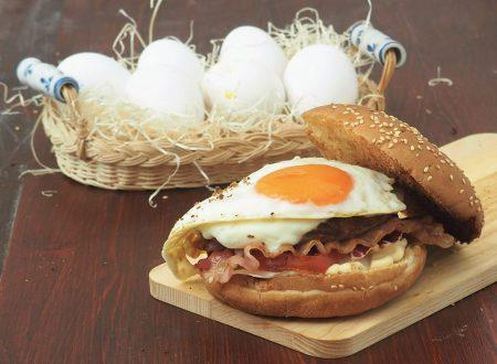 Mega hamburger con uovo e bacon