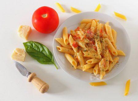 Penne filanti con pomodoro e mozzarella (gusto pizza)