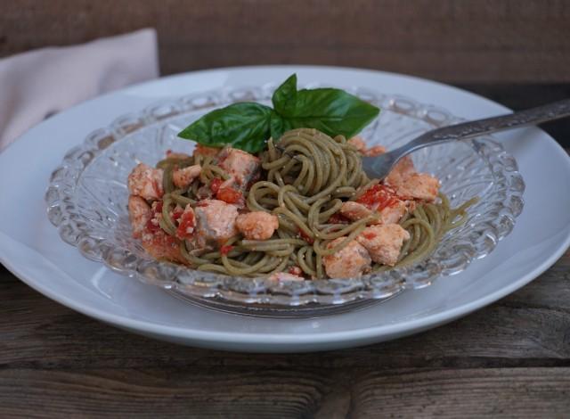 Spaghetti di quinoa al salmone fresco
