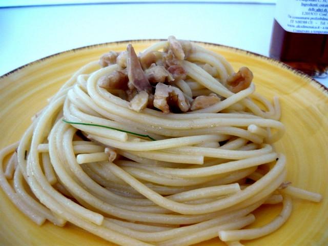 Spaghetti con colatura di alici di menaica e noci