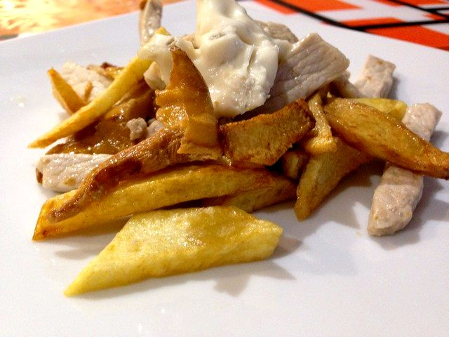 Finferli, patate fritte e strisce di carne di maiale al gorgonzola dolce