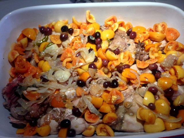 Coniglio al forno con pomodorini gialli e olive pisciottane