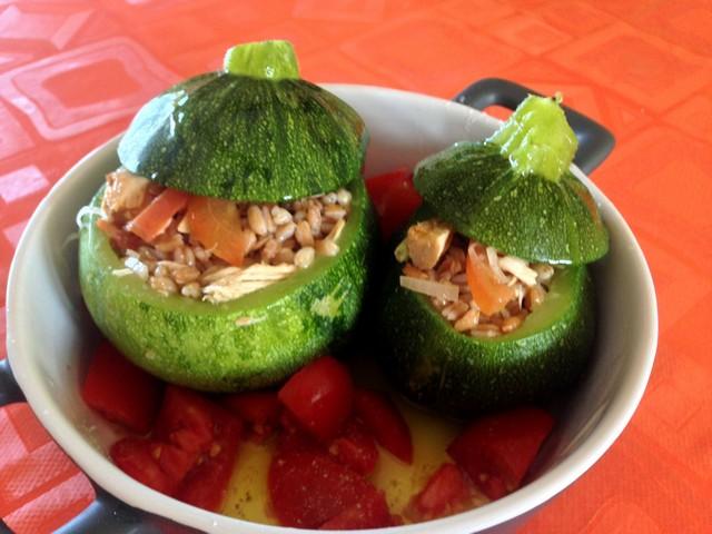 Zucchini tondi ripieni di tonno, farro e cipolla rossa