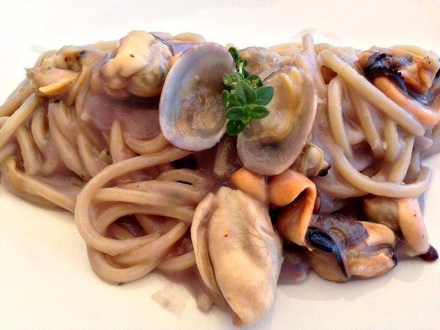 Spaghetti con frutti di mare e crema di patate viola