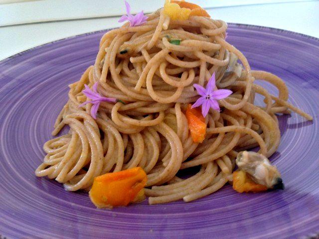 Spaghetti integrali con vongole e pomodorini gialli al profumo di aglio ursino