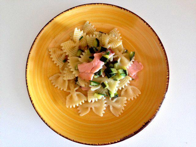 Farfalle con salmone e zucchini al profumo di erba cipollina