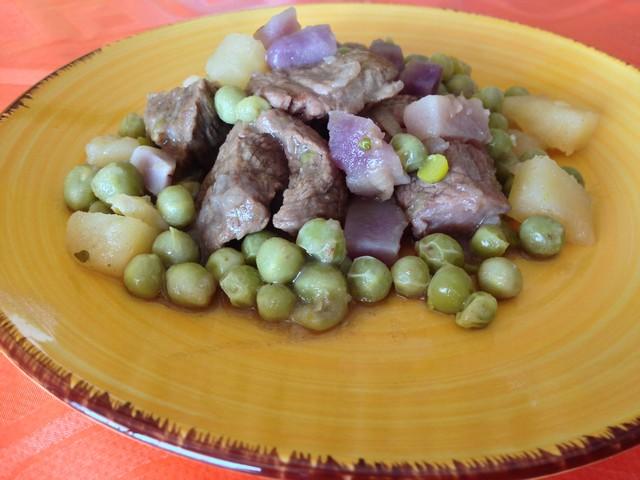 Spezzatino di vitello con patate vitellotte, bianche e piselli