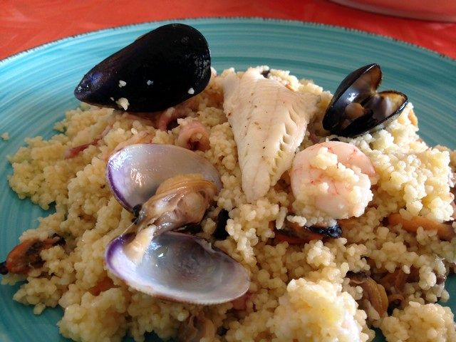 Couscous con pesce misto, delizia in tavola